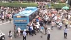 骑车老人被压公交车底 路人迅速围上抬车救人