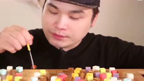 韩国胖哥吃七彩糖果,一口几个,吃完脸都是带