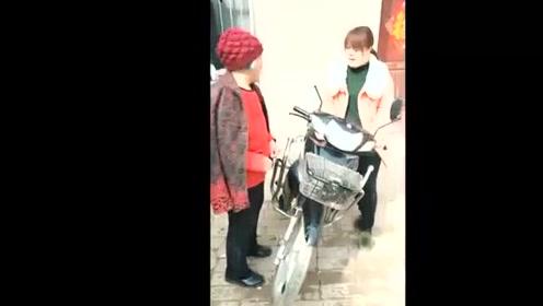 囧人囧事:儿媳妇摩托车没油了,婆婆的加油方