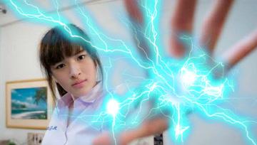 少女体内蕴藏10万伏特高压电,做她男朋友不容易