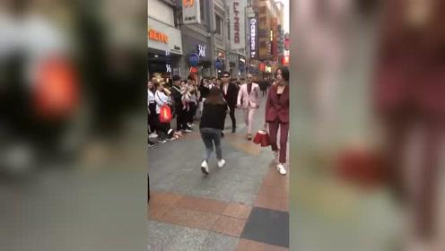 经常出现在广州上下九步行街,拍视频的小哥哥