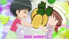 小女生夸赞美食,店员听后很高兴,还就把菠萝送她了