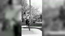 男子实力强劲,在练习花式自行车