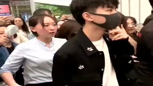 王俊凯,如果没有保镖在,估计他今天迈不开步