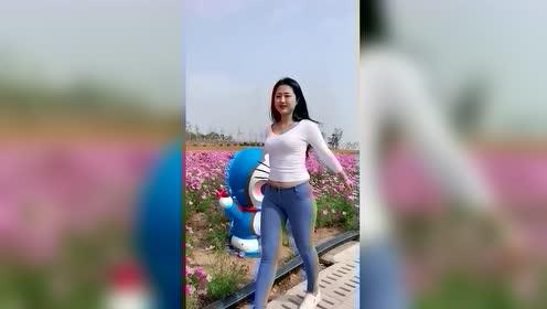 微胖美女穿搭有范,花园里自拍笑的太好看了