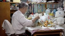 72岁爷爷开了家特殊医院,来看病的都是上年纪的毛绒娃娃