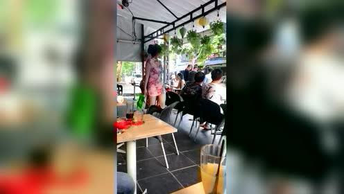 街拍越南美女服务员小姐姐,被发现了