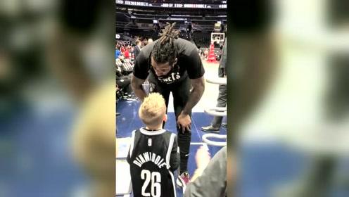 篮网小球迷每场都有他的身影,皇叔都快认识他了