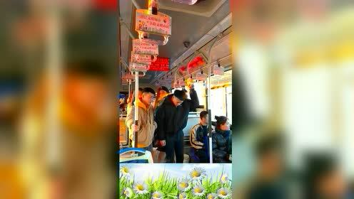搞笑公交车美女的举动让人哭笑不得,真是林子