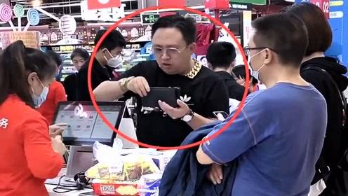 超市打电话恶搞,大哥戴着金链子吹牛,旁边的