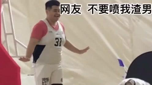 美女和胖子打篮球,胖子一使劲,直接把美女弹出去了!