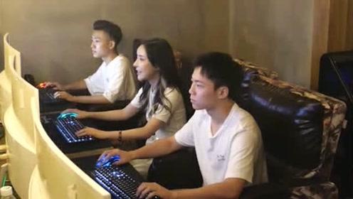 """帅哥网吧玩游戏玩的正起劲,却被边上两位美女""""宠上天""""!一旁的小伙超羡慕"""