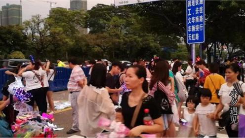 薛之谦到佛山世纪莲体育中心开唱,很多青春美少女都赶过去观看!