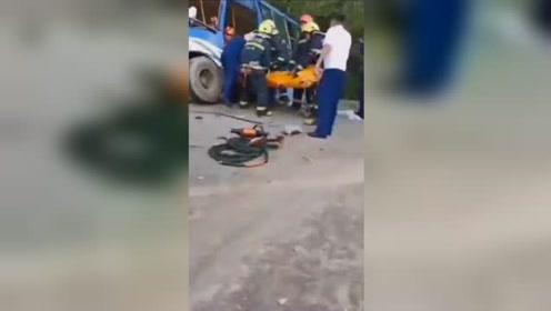 吉林一公交车与重型货车迎面相撞 车身扭曲变形玻璃全碎致2死16伤