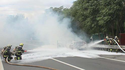 北京一私家车高速上起火 消防紧急处置 所幸无人员伤亡