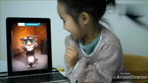 宝宝动画:外国小朋友用吃的逗汤姆猫玩,很搞