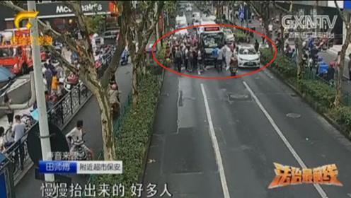 女子被卷公交车底,众人合力抬车救人,监控视频记录画面