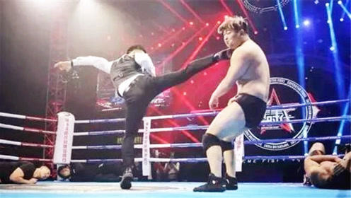 必须教训!日本拳手朝中国裁判吐口水,裁判直接一脚踹翻,太霸气了