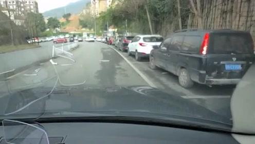 白车以为自己很厉害,一脚油门怒超视频车,下一秒就悲剧了