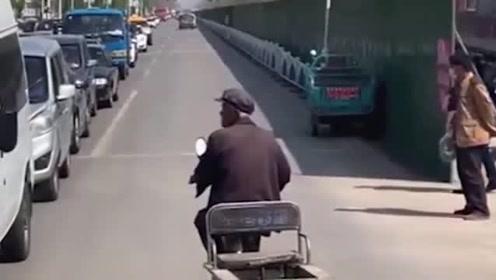 大爷就是大爷,好在视频车司机脾气好!遇上路怒症可就不是这样了