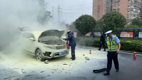 五分钟用掉十个灭火器 两车相撞致起火众人合力营救