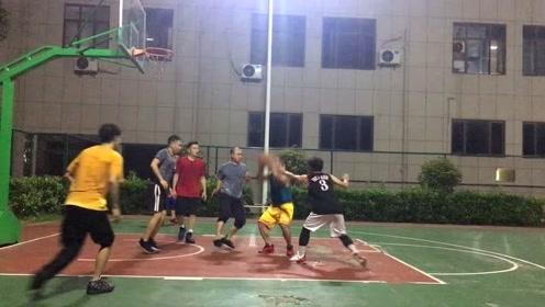 热血篮球:平均35年龄的小区版CBA,艾弗森上场打爆全场,一步过了三人