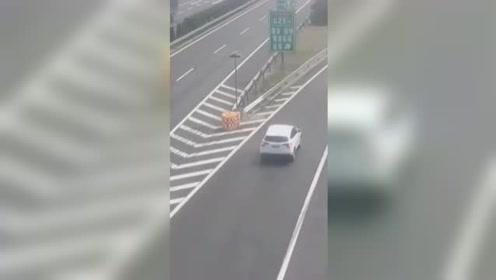 这配音绝了!高速两车走错路频繁倒车