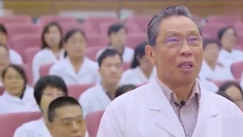 钟南山院士带领医护人员献唱《我和我的祖国》,瞬间泪目,太爱了