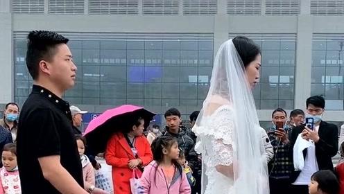 小夫妻街头合唱《你莫走》,句句动情,媳妇都害羞了!