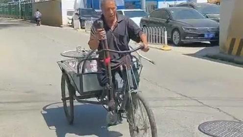 视频中老人单腿艰难的骑着三轮车,看到这位老人,你还会觉得你过得不好吗?