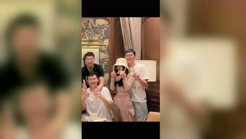 广东男篮巨星夺冠巡游,聚会上胡明轩女友曝光。
