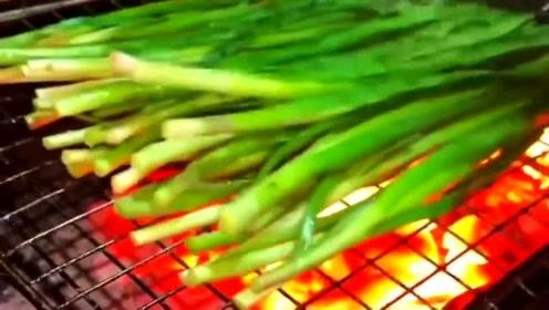 广东小伙的烤韭菜,一共需要40秒就可以上菜了!