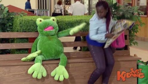 国外恶搞:这只青蛙太喜欢美女了,一旁的女子被吓得闪开了