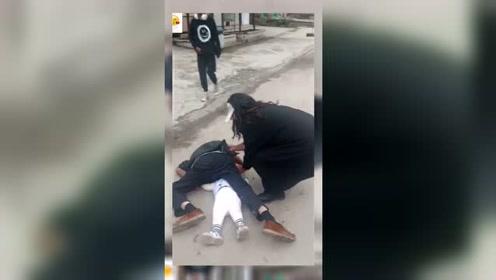 老人抱着孙子摔倒了,又不敢直接扶,拍个视频,扶老人的是我姐