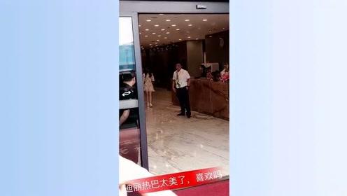 热巴路透视频,李兰迪觉得自己被撩,蒋欣甜美可爱!