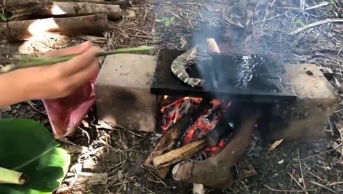 农村美女户外美食, 石板烧大虾配上料吃, 真是太爽了