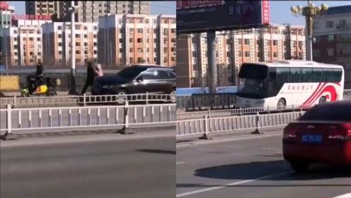 大巴车与行人、非机动车抢道,车身倾斜向前看傻众人:不怕翻吗?