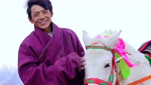 丁真带着自家的小马拍视频,没想到丁真还是个游牧人,笑容太治愈了!