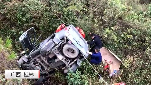 视频揪心!广西一小车失控冲出路面侧翻,车内两名乘客受伤