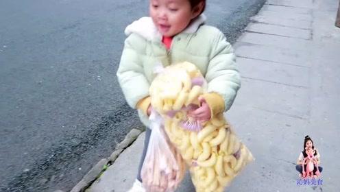 2岁半宝宝非要买2袋糖,买完后跟妈妈说出真相,原来宝宝这么懂事