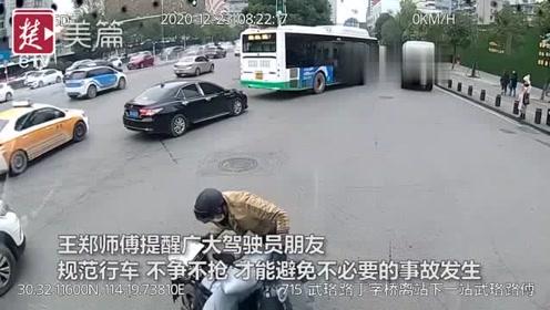 快递小哥突然摔倒在公交车前,生死关头司机一脚刹车成功避险