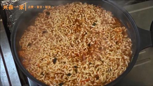 韩国兴森一家三口:回到首尔的屋顶,进行一下体育锻炼,还煮了最爱的拉面!