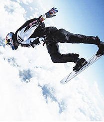 高山滑雪玩腻了牛人高空滑云