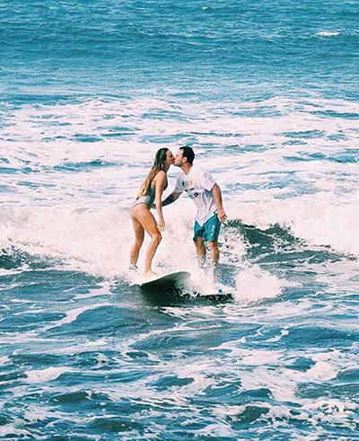 情侣冲浪挑战高难度动作