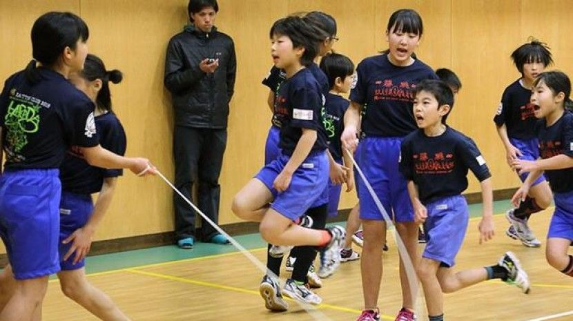 日本学生1分钟跳绳225次