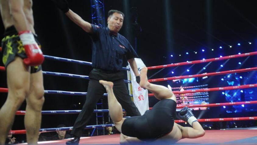 中国小将被韩国拳王重击