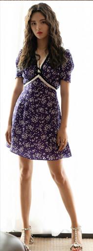 杨超越穿紫色碎花裙配泡面卷 居然美成了真人洋娃娃