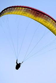 单身旅人高空滑翔秀特技
