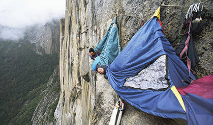 疯狂悬崖垂挂睡帐篷