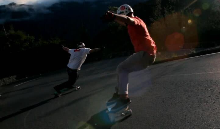 小伙滑板车上玩速降